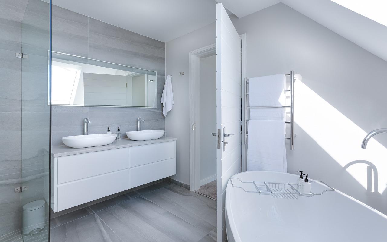 Revêtement sol et mur d'une salle de bain.
